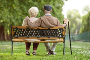 Des retraités sur un banc